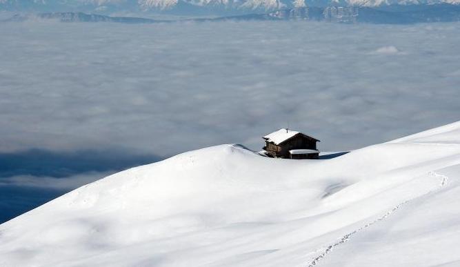 描写小雪节气的唯美古诗词:寂寥小雪闲中过,斑驳轻霜鬓上加