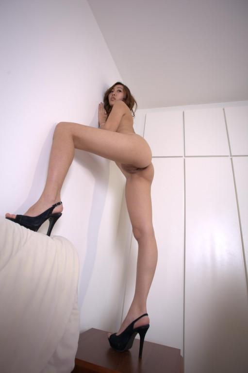 长腿骚妇露脸拍 表情够骚 想不想按在床上弄两炮
