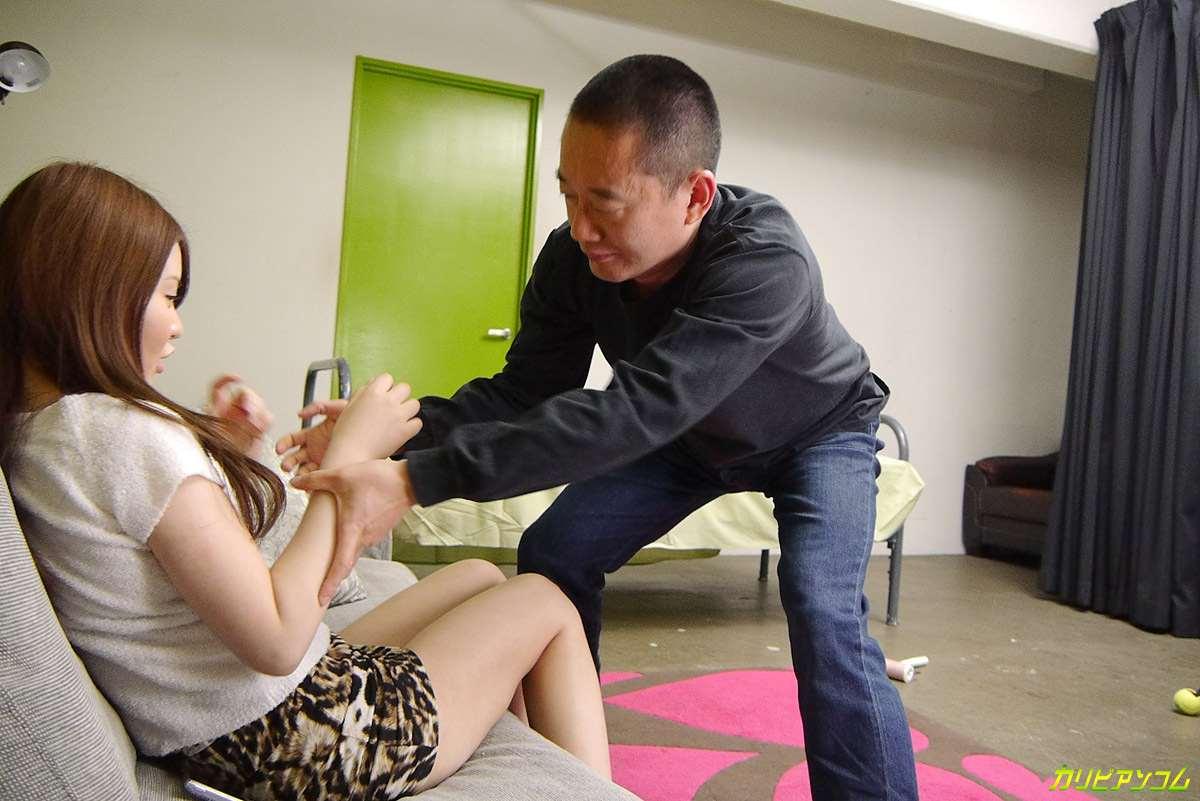 睡午觉的美女大学生被男宿管趁机奸淫了
